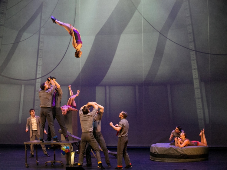 cirkopolis, cirque eloize, 13ème art, théâtre 13ème art, théâtre place d'italie, theatre 13eme art, cirque, spectacle cirque, cirque paris, circassiens, jongleur