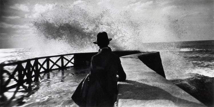 💫La photo du jour 💫 Jacques-Henri Lartigue (1894-1986) Sala au rocher de la vierge, Biarritz, 1927