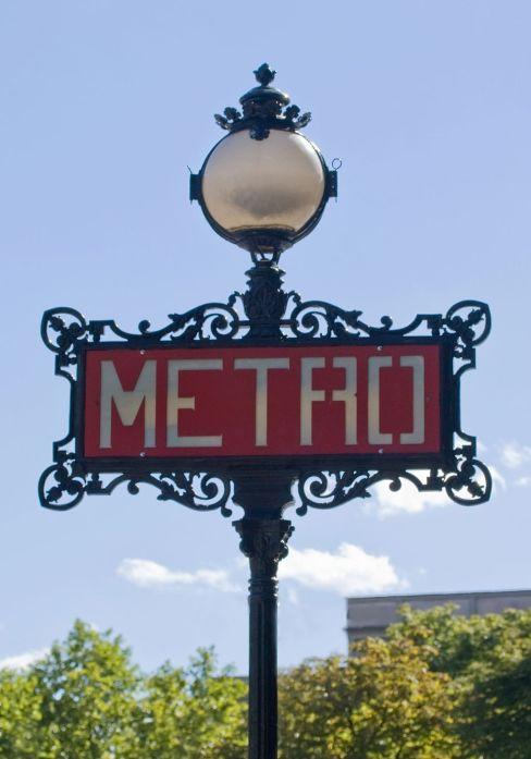 1024px-Métro_de_Paris,_Iéna_station,_totem_Val_d'Osne.jpg