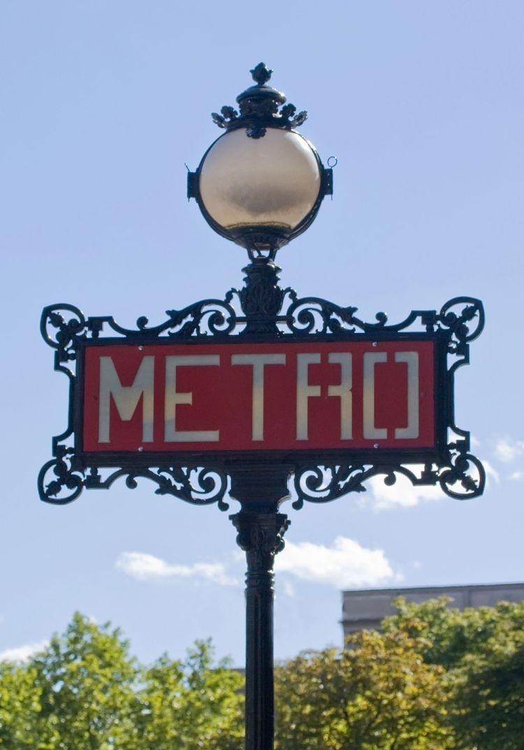 1024px-Métro_de_Paris,_Iéna_station,_totem_Val_d'Osne